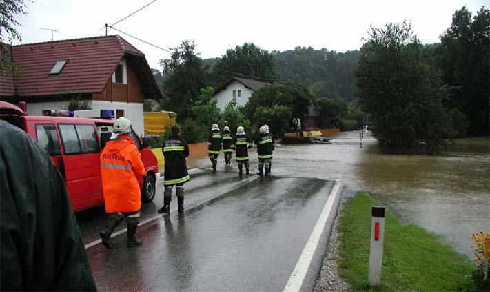 Hochwasser 2002: Landesstraße und Siedlung