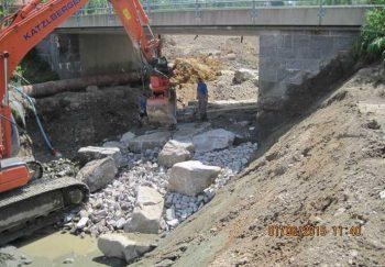 Arbeiten an der Sohlsicherung im Brückenbereich