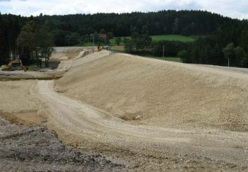 Fertig errichtetes Dammbauwerk